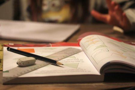 Elever tar på sig skulden för bristande möjligheter att lära matematik