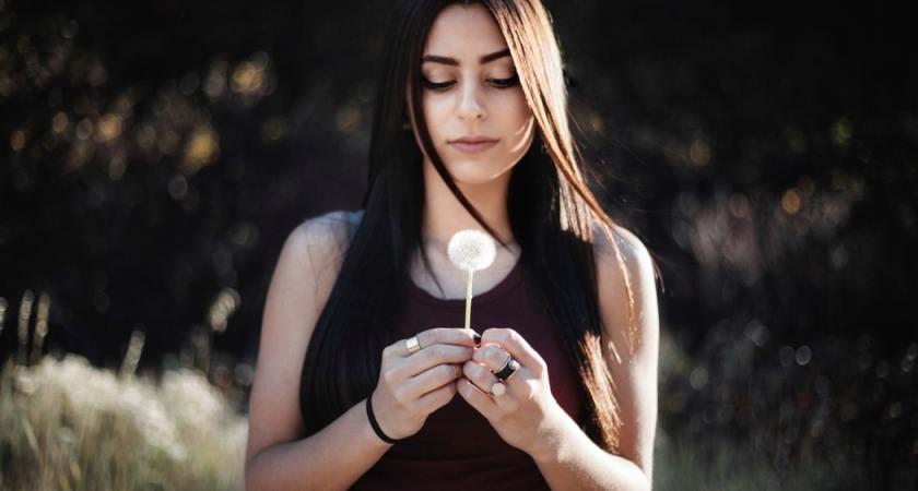 Tjejer med självskadebeteende påverkas starkare av sociala medier