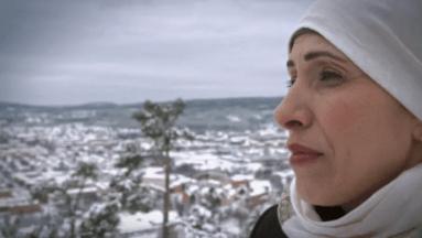 Gina Dirawis mamma Siham Abdul Aziz möter nyanlända familjer i ny UR-serie 1