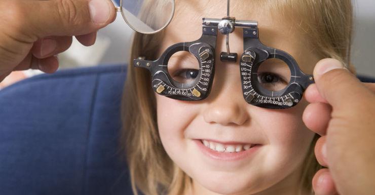 Kunskapsluckor hos föräldrar: 7 tecken på att ditt barn kan ha synfel