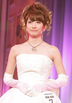 白色ドレスの笹崎里奈