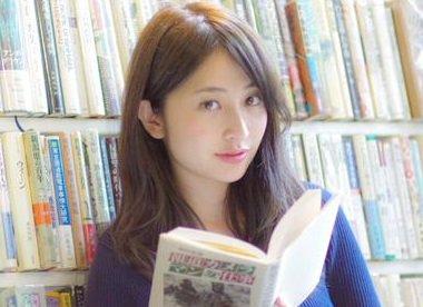 読書をする日比麻音子