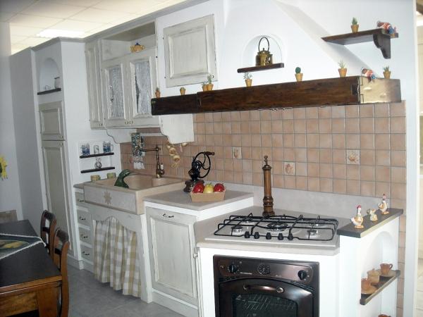 Foto Cucina Muratura Bianca di Perlegno Arredamenti