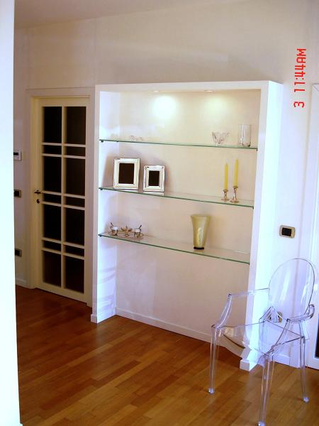 Foto Libreria In Cartongesso con Mensole In Cristallo di