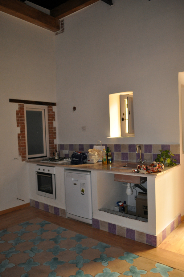 Foto Angolo Cottura con Cucina In Muratura Realizzata con Rivestimento di Lastre di Cotto