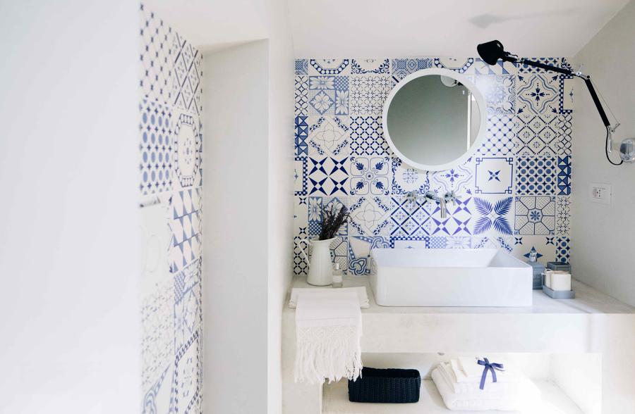Foto Bagno con Piastrelle Decorate Bianco e Blu di Rossella Cristofaro 483681  Habitissimo