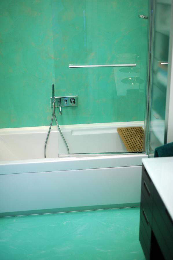 Foto Bagno Resina Verde Acqua Spatolato Verticale Autolivellante Effetto Marmorizzato Pavimento