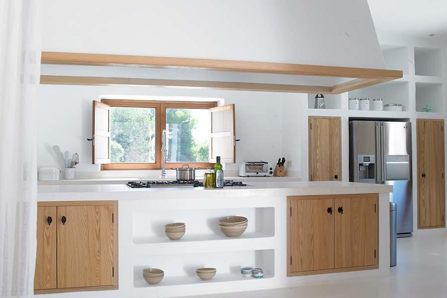 Foto Cucina In Muratura Bianca con Ante In Legno di
