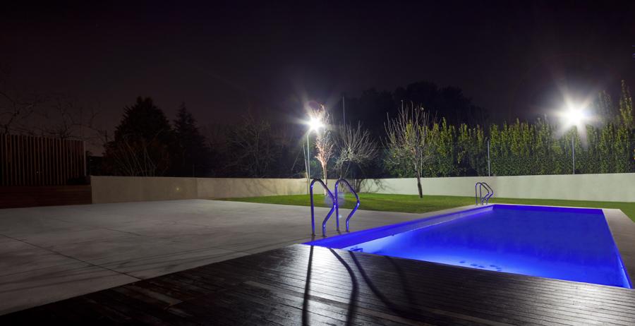 Foto La Piscina suggestiva In Notturna di Studio Di