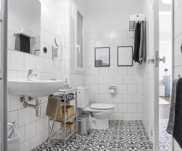 Foto Bagno con Piastrelle Bianche e Pavimento Decorato di Rossella Cristofaro 632487  Habitissimo