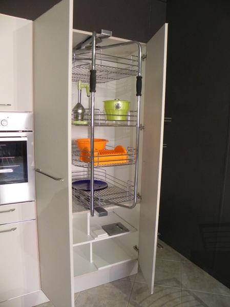 Foto Cucina Chiara  Particolare della Colonna con Meccanismo Estraibile Girevole di Cucine