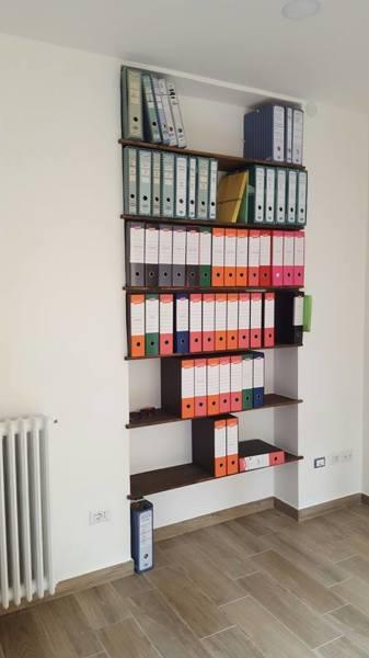 Foto Libreria con Mensole In Legno Incassate nella Parete