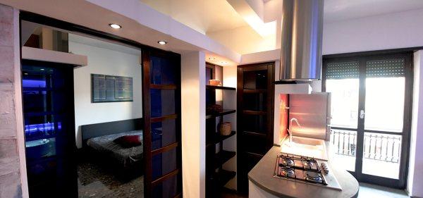 Foto Scorcio Camera Porta Scorrevole a Vista e Dispensa Cucina di Mariarita Falleti Architetto