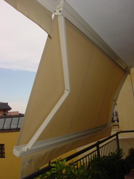 Foto Tende da Sole a Bracci con Cassonetto a Scomparsa Totale di Ultraermetica Italia Srl