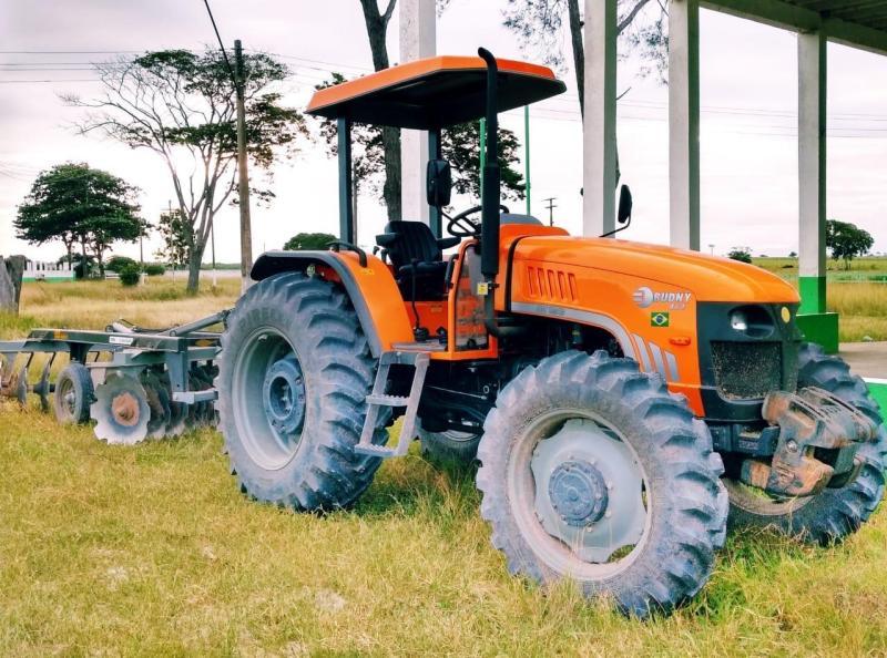 Produtores rurais de Travessão e região beneficiados com tratores com grade aradora