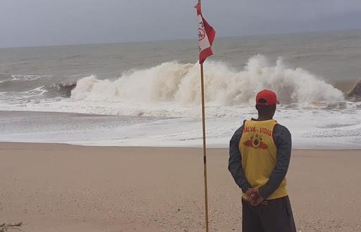 Ressaca deve gerar ondas de quase 3 metros nesta quarta-feira no litoral de Campos, no RJ