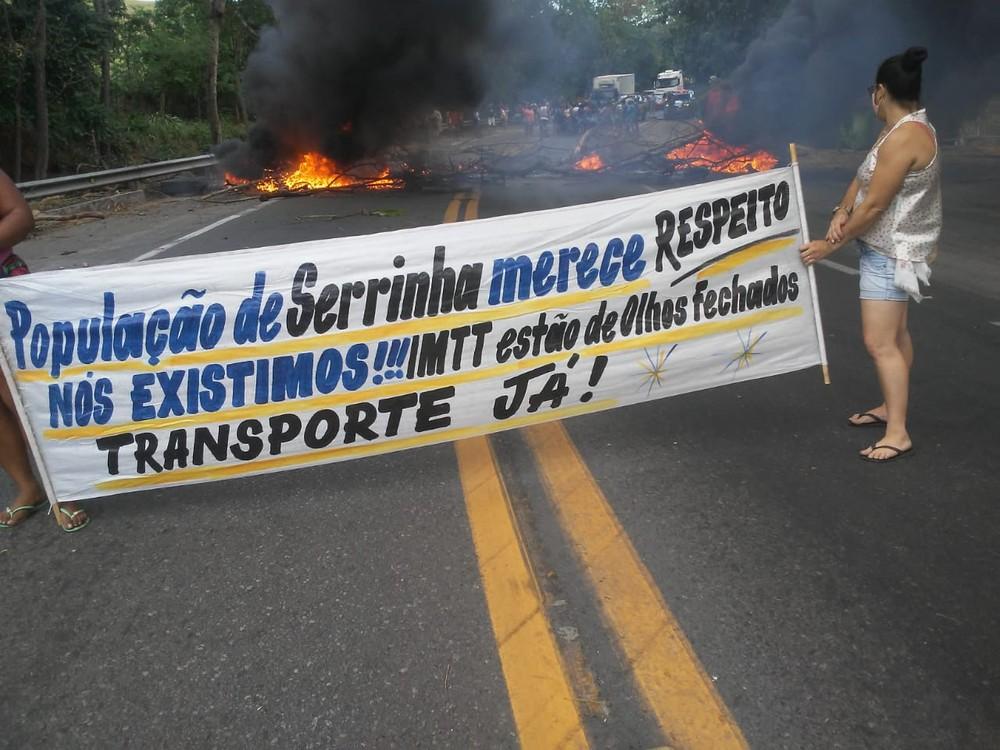 BR-101 volta a ser fechada em protesto por retomada do transporte público em distrito de Campos, no RJ