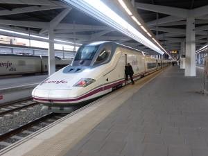 Tren_AVE,_en_la_estación_de_Valencia,_España,_Serie_112_de_Renfe