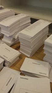 Schede elettorali dei singoli partiti (papeletas) in un seggio di Madrid