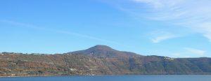 Il lago di Albano occupa il cratere dell'ultima eruzione dei Colli Albani, circa 40.000 anni fa
