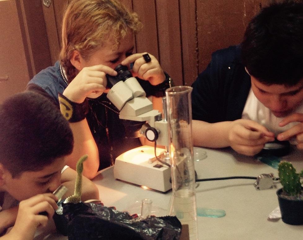 Profe Malena con sus estudiantes en laboratorio