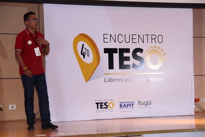 Estudiante presente en el escenario del 4to Encuentro Digital