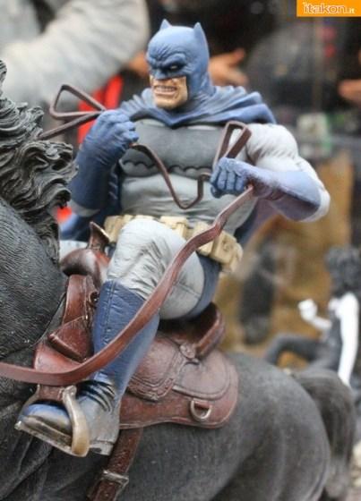 Servizio speciale e galleria fotografica alla statua Call to Arms della DC Collectibles
