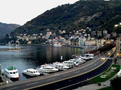 un viaggio oltreconfine - la vista sul lago di Como dalla piazza principale