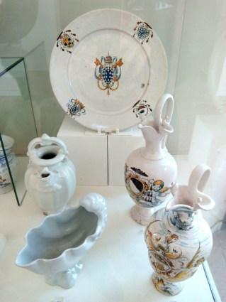 esempi di ceramica bianca tipica di Faenza