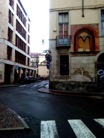 una via del centro a Torino con accenni d'arte