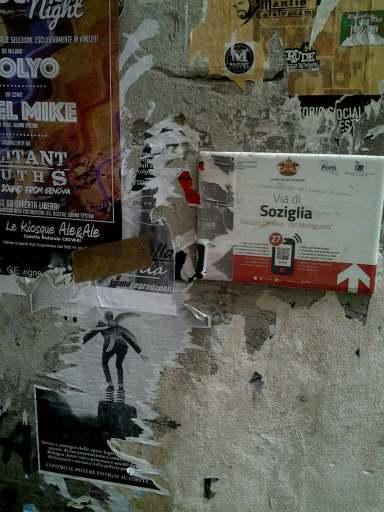 dettagli di pareti fra i caruggi di Genova