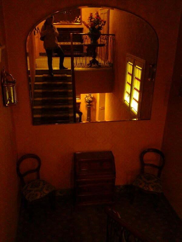 Casa delle bambole? No, solo il mio riflesso sulle scale di un hotel a Como