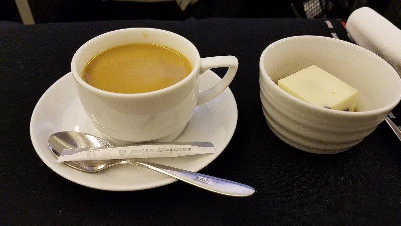 JL010便で提供されたデザートとコーヒー