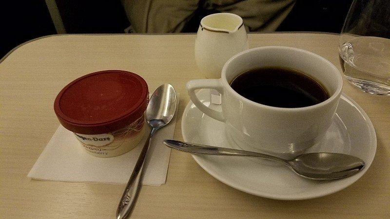 JALビジネスクラスで頂いたハーゲンダッツのアイスとホットコーヒー