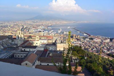 Napoli e il Vesuvio visti da Castel Sant'Elmo, il secondo punto più alto della città. In primo piano si vede la Certosa di San Martino. Foto © Alina Zvonareva