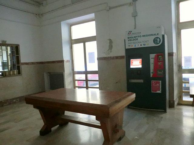 モディカの鉄道駅構内