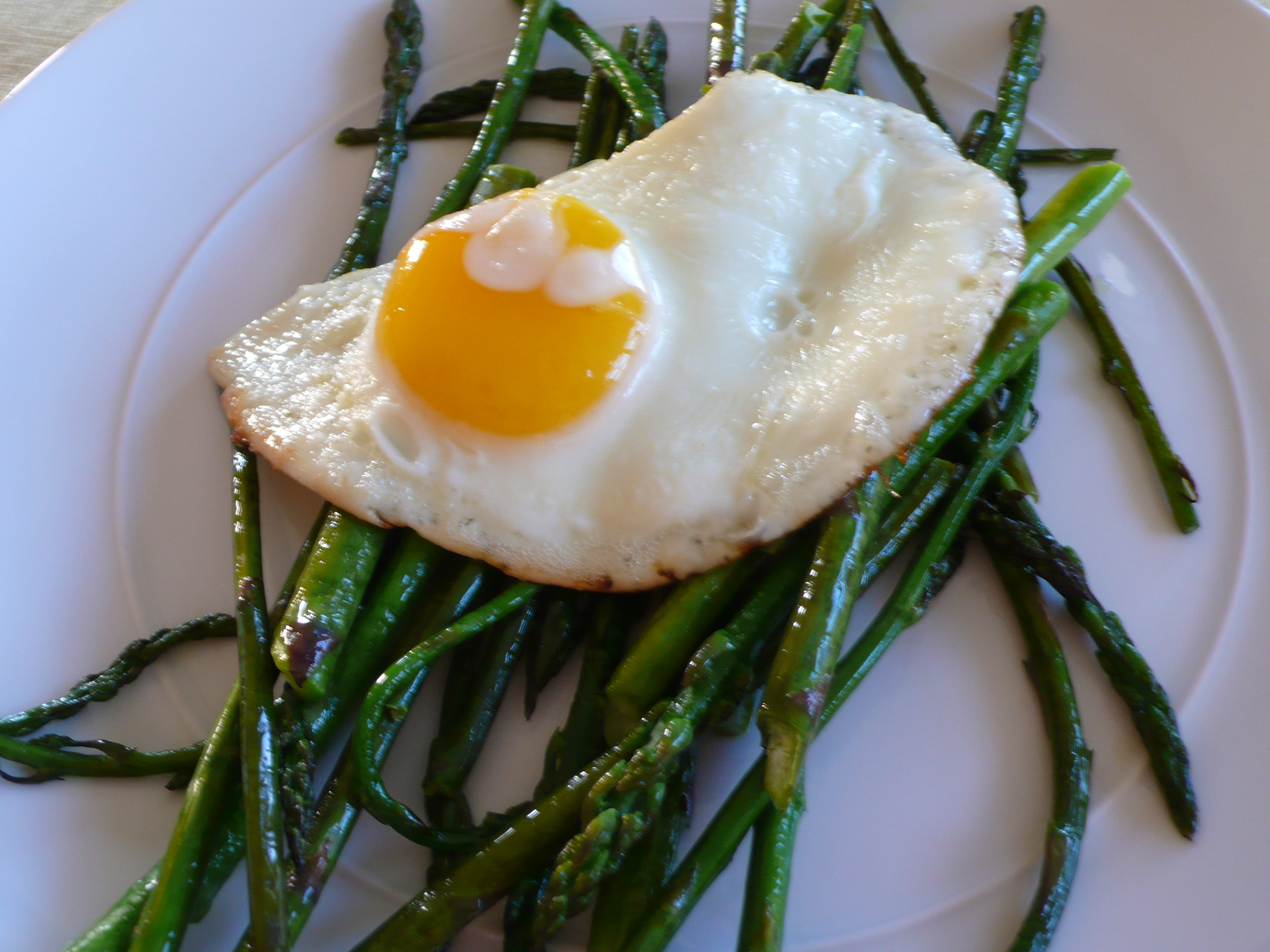 asparagus with fried egg