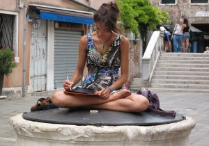 Da Venezia: Disegnare seduti in campo è reato?
