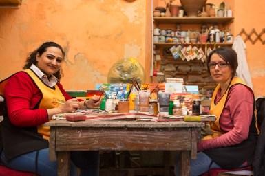 Umme Kulsoom (sulla sinistra) nel laboratorio di ceramica dell'associazione Città Futura insieme alla sua assistente di Riace. Umme arriva dal Pakistan, ha 4 bambini e vive da 4 anni nella città dell'accoglienza.