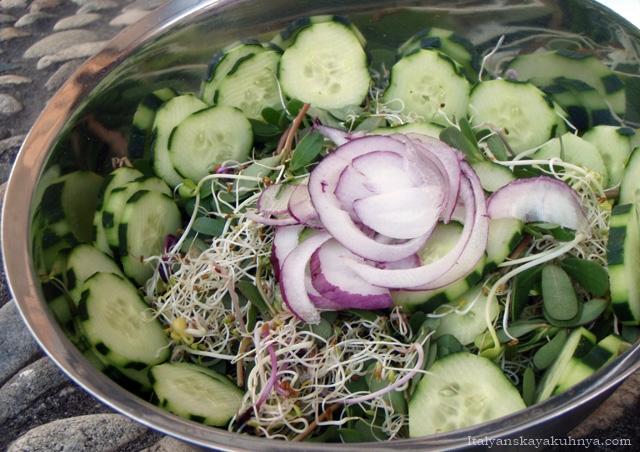 Салат из огурцов с портулаком