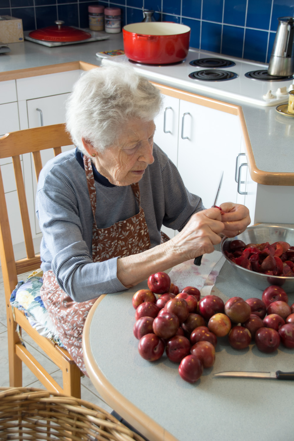mamma cutting plums