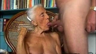 Signora Vecchia Stronca Con I Capelli Bianchi Succhia Il Cazzo Di Uomo