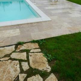 piscina di villa in campagna travertino