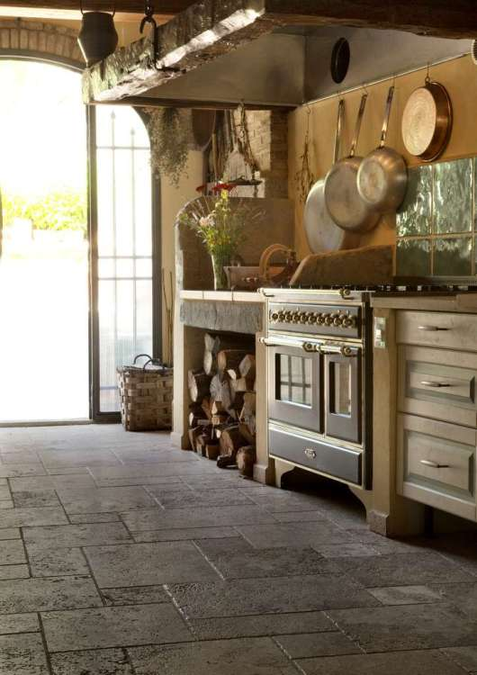 Pavimento in Terra Chiara, in pattern da 4 pezzi, in una cucina