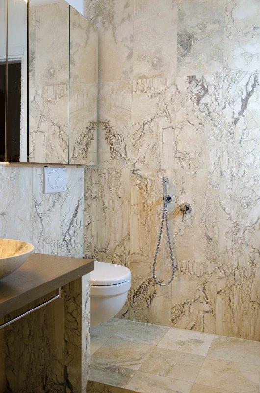 rivestimento in Pietra di Rapolano in un bagno