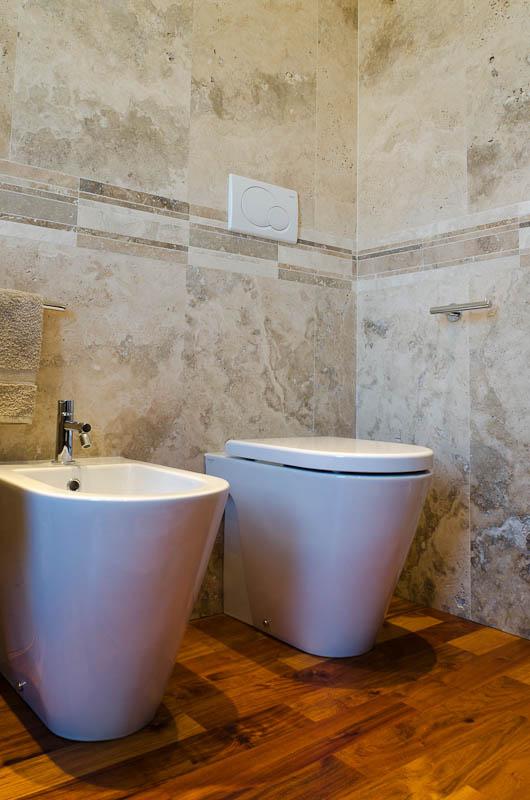 Materiali naturali in un bagno moderno