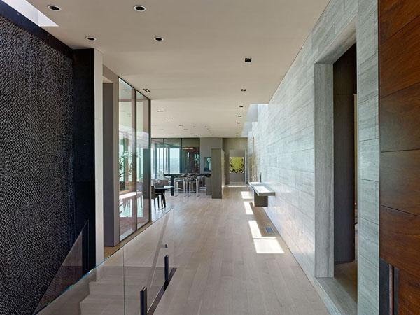interni di villa a Los angeles rivestiti in travertino zebra silver grey