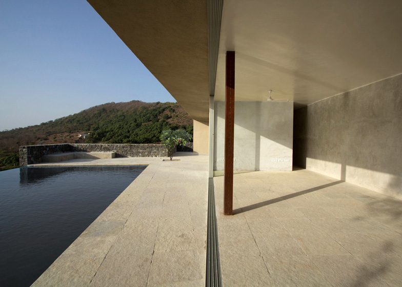 House-in-Alibaug-by-WE-Design-Studio-casa-in-india-pietra-basalto-pavimenti-esterni
