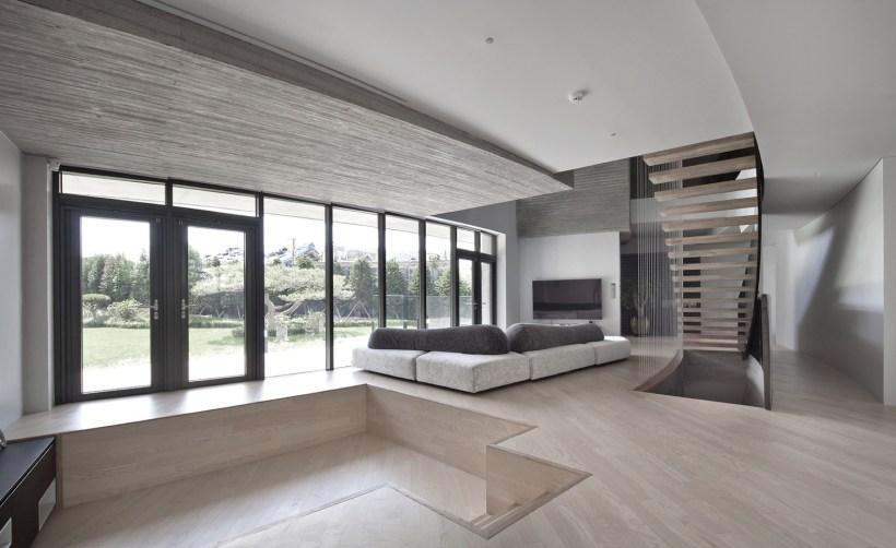 Livingroom-interior-aawh-house-busan-korea-basalto-legno-materiali-naturali-corea