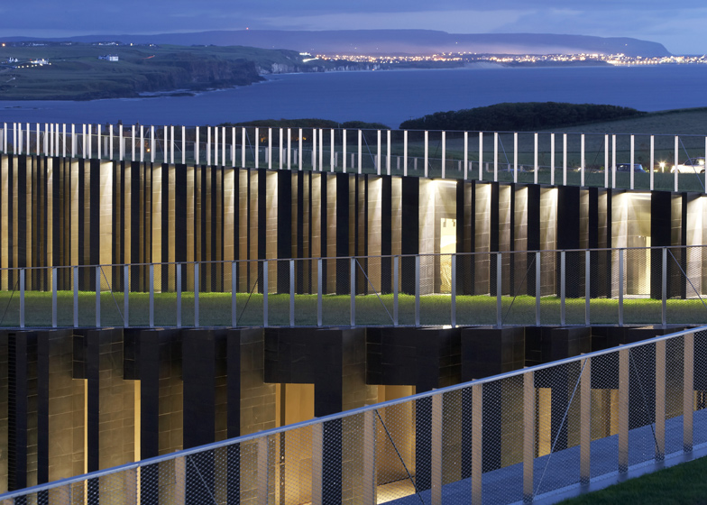 selciato-gigante-irlanda-museo-Giants-Causeway-Visitors-Centre-Heneghan-Peng-Architects